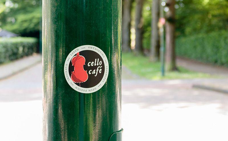 cellocafé sticker bij de ingang van de Beukenlaan in Rhenen