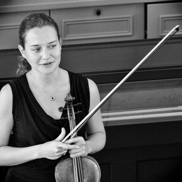Dana Zemtsov licht haar concert toe aan het publiek